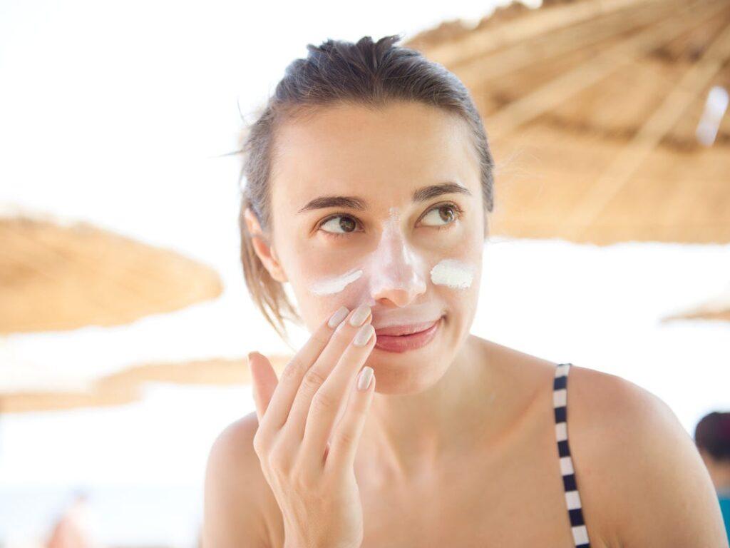 5 cách bôi kem chống nắng hiệu quả để không bị vệt trắng 2
