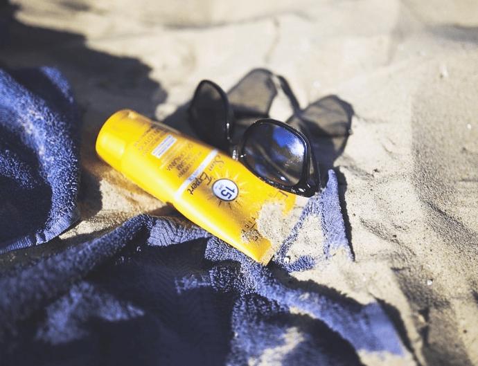 Tuyệt đối không thể thiếu kem chống nắng khi đi biển