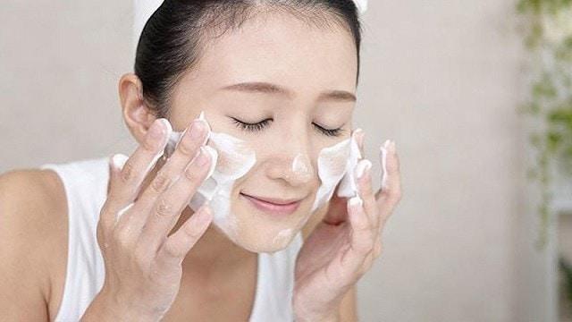 Kiểm tra các thành phần có trong sản phẩm trong <strong>sữa rửa mặt cho da nhạy cảm</strong>