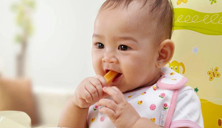 Giai đoạn này các mẹ bắt đầu cho bé học ăn thô - 1